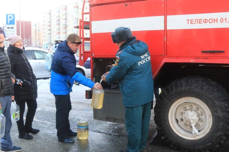 Спасатели оказывают помощь в ликвидации последствий стихии