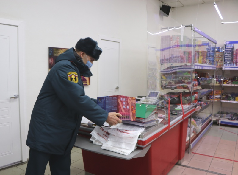 Сотрудники МЧС напомнили продавцам пиротехники о мерах пожарной безопасности  и показали, как правильно запускать фейерверки (фото, видео, комментарий)
