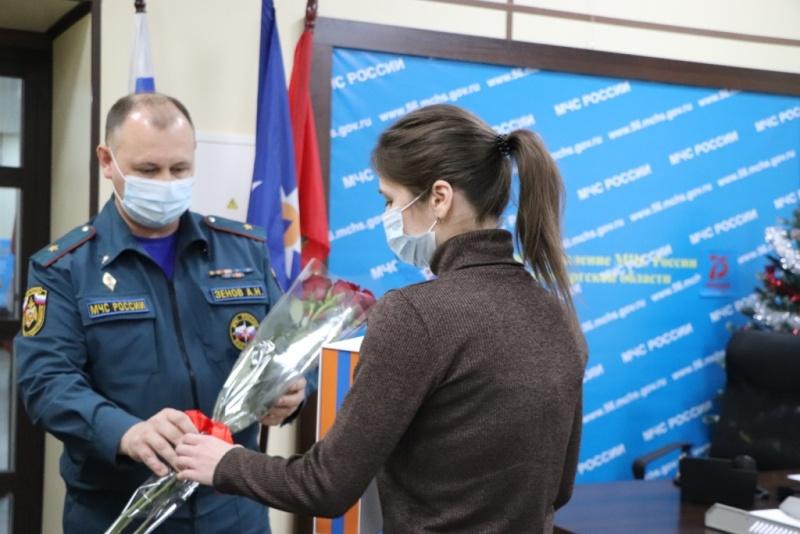 Семьям сотрудников, погибших при исполнении служебного долга, вручили памятные подарки