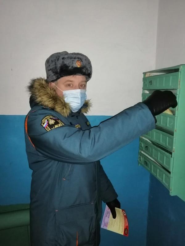 Операция «Отопительный сезон» в условиях эпидемии COVID-19: рейд с пожарной профилактикой на свежем воздухе по улицам Инты.