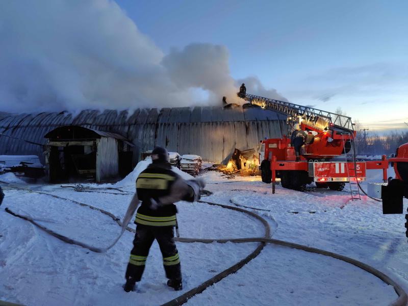В Томске ликвидировали крупный пожар в металлическом ангаре