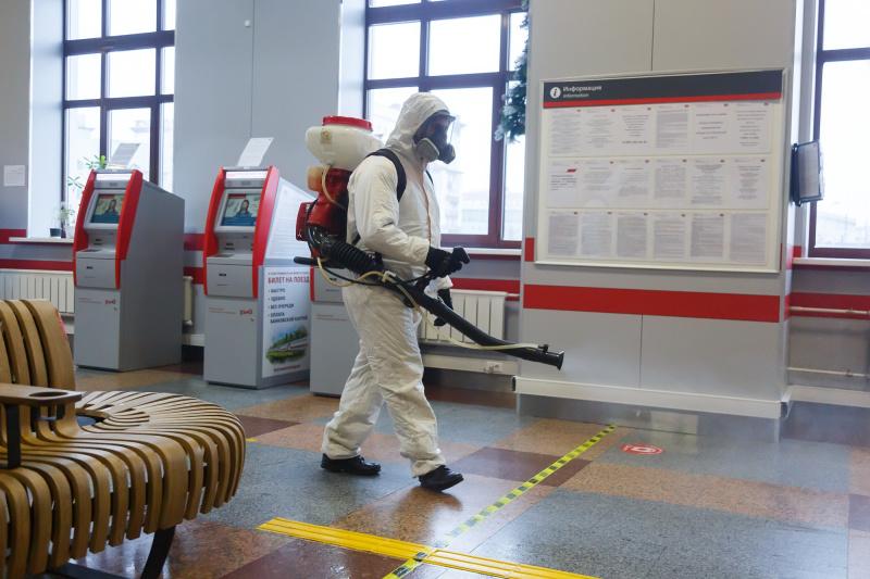 Сотрудники МЧС провели дезинфекцию трех вокзалов города Москвы