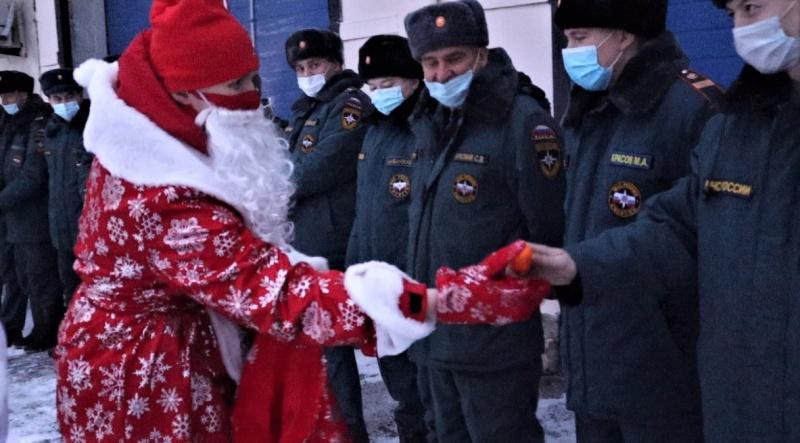 Дед Мороз вручил подарки пожарным и их детям