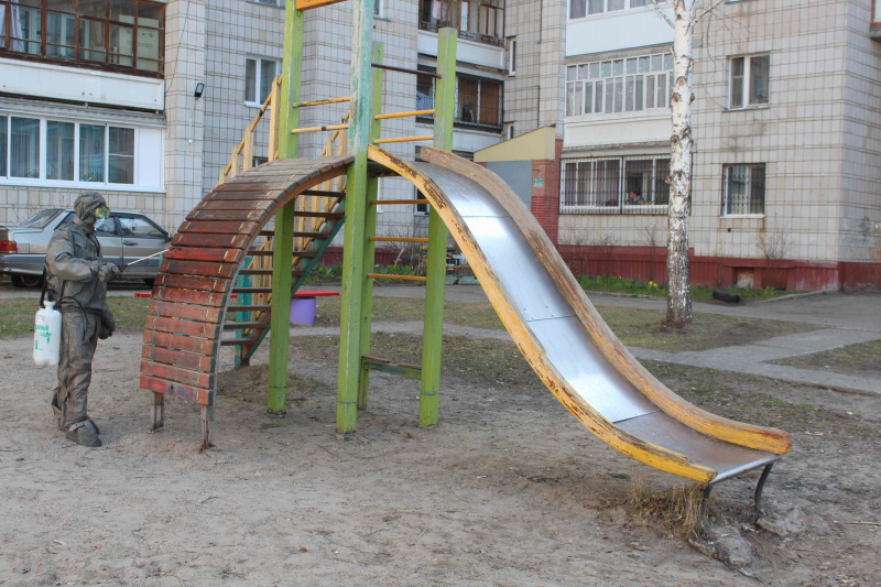 Сотрудники МЧС России проводят дезинфекцию жилых микрорайонов (21 апреля 2020 года)