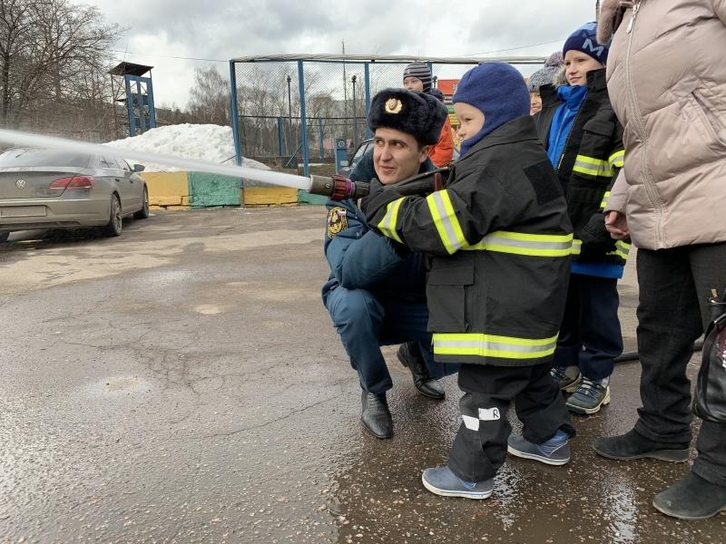 Пожарные Мытищ провели для школьников экскурсию в СПСЧ-17